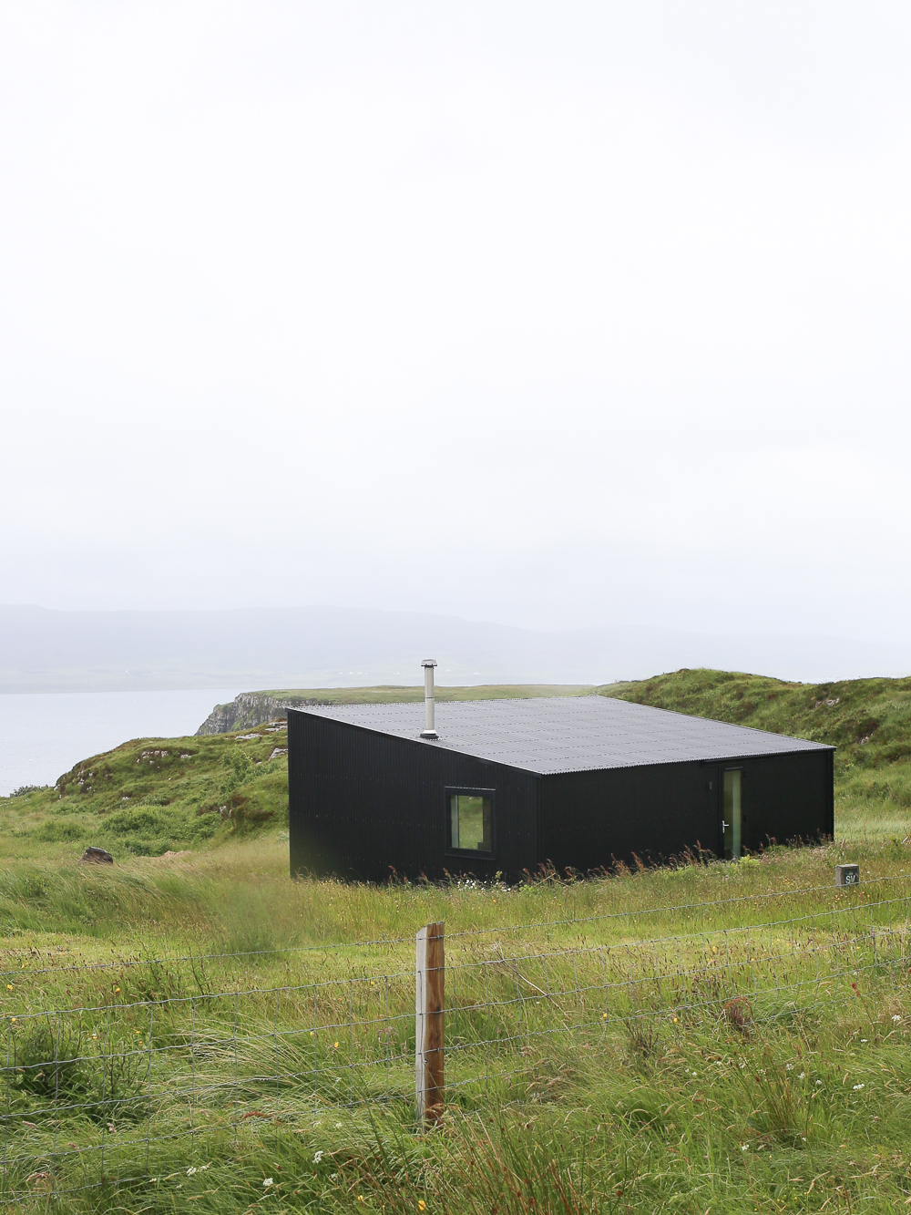 Black contemporary house near Dunvegan on the Isle of Skye | Design Hunter