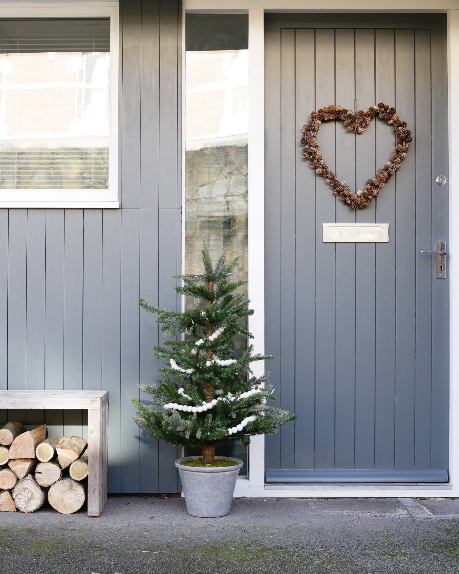 Festive door wreath and Christmas tree | Design Hunter