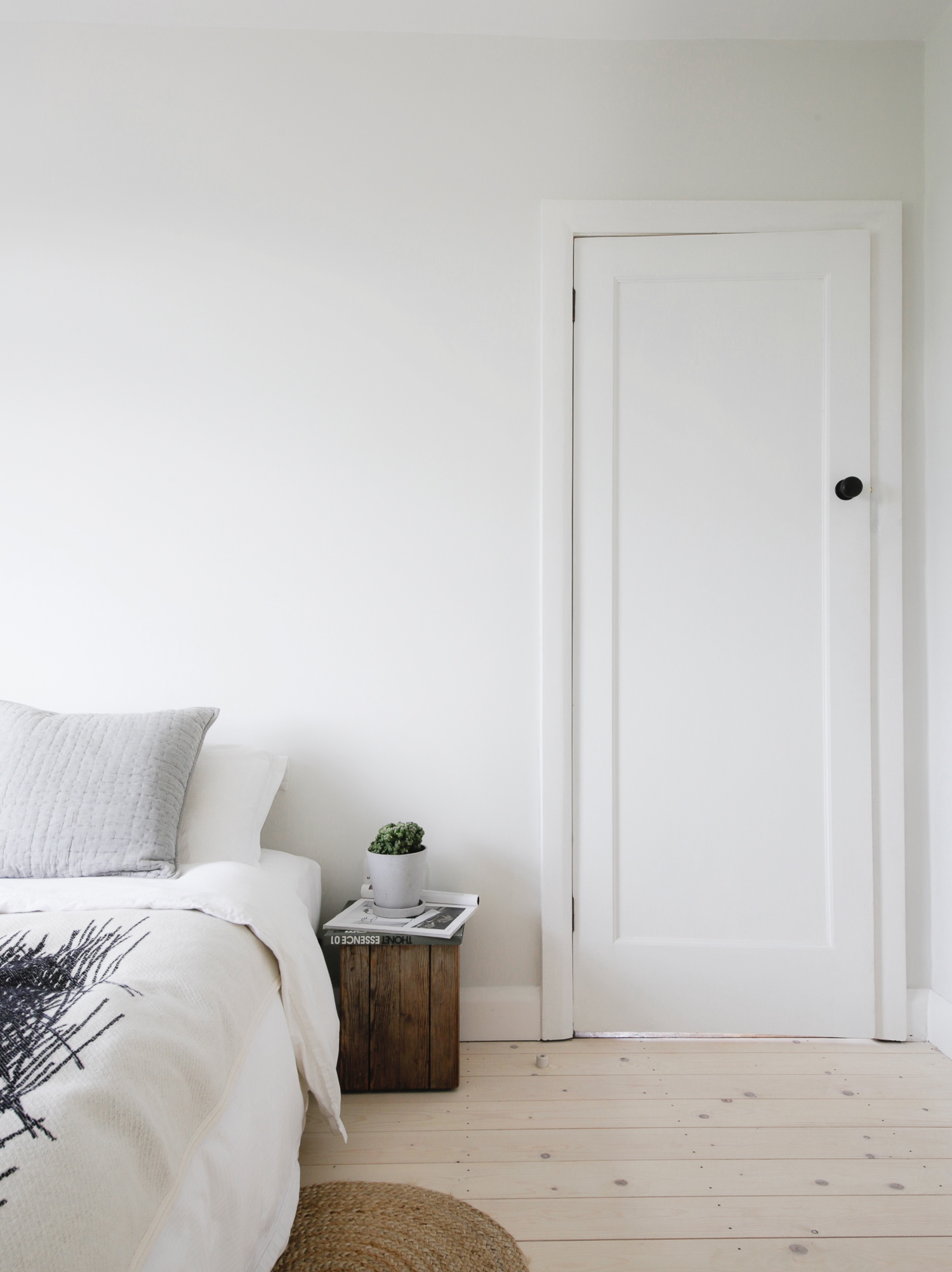 Minimal white bedroom with pale wood flooring - Design Hunter