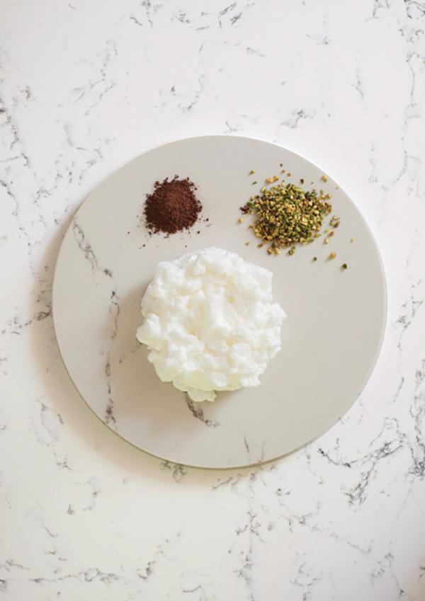 White marble kitchen worktop by Caesarstone