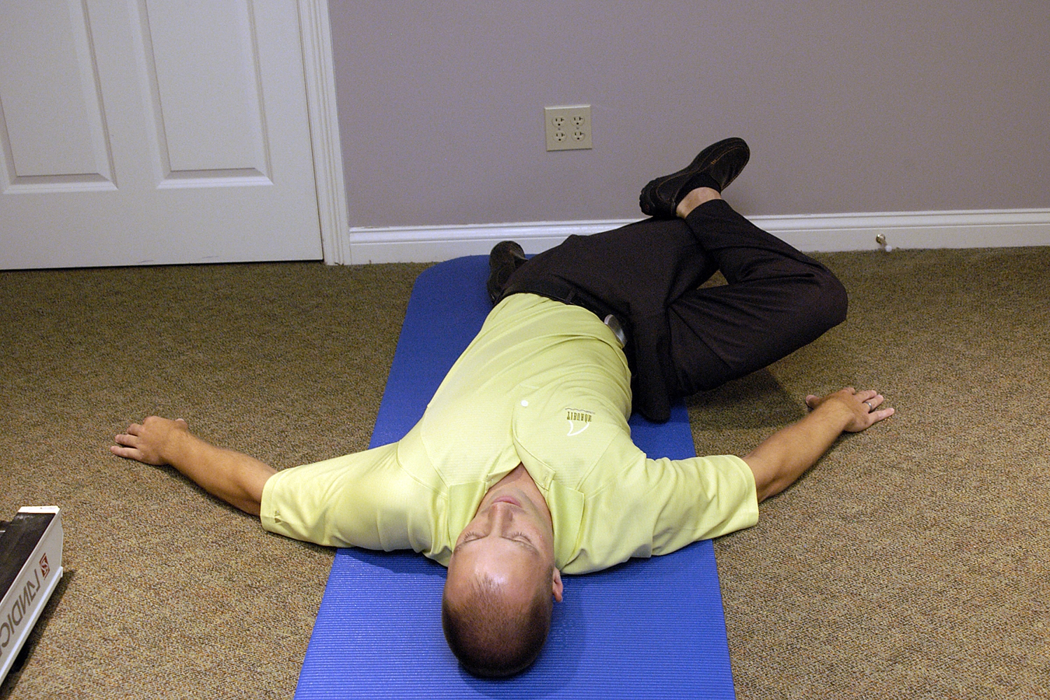 2.Rotate legs right, right foot goes on top of left knee, hold 10 seconds