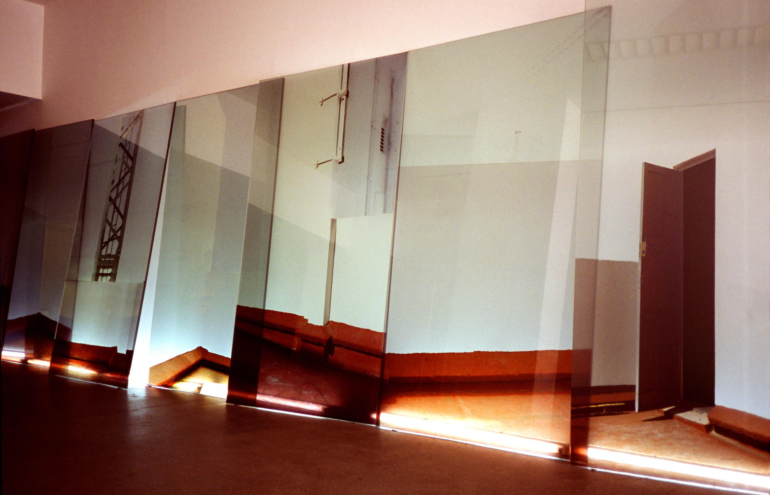 Simulando la casa 2  , 2002.  Instalación de 7 fotografías color Duraclear de 215 x 120 cm cada una, adhesivadas a cristal con retroiluminación fluorescente. Medidas aproximadas en total 215 x 600 cm.