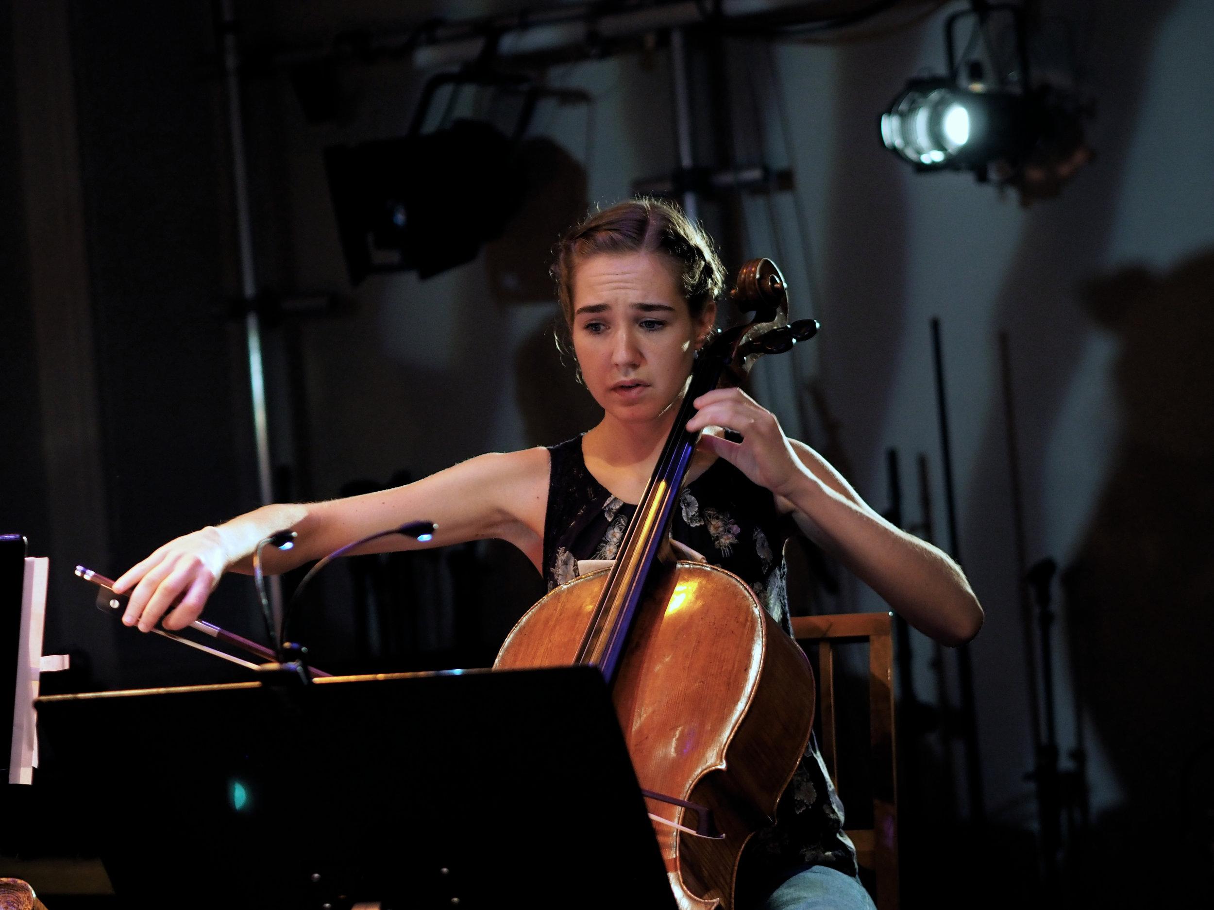 Cellist Ulrikke Henninen i aksjon under BCOs forrige cafeteaterbesøk.