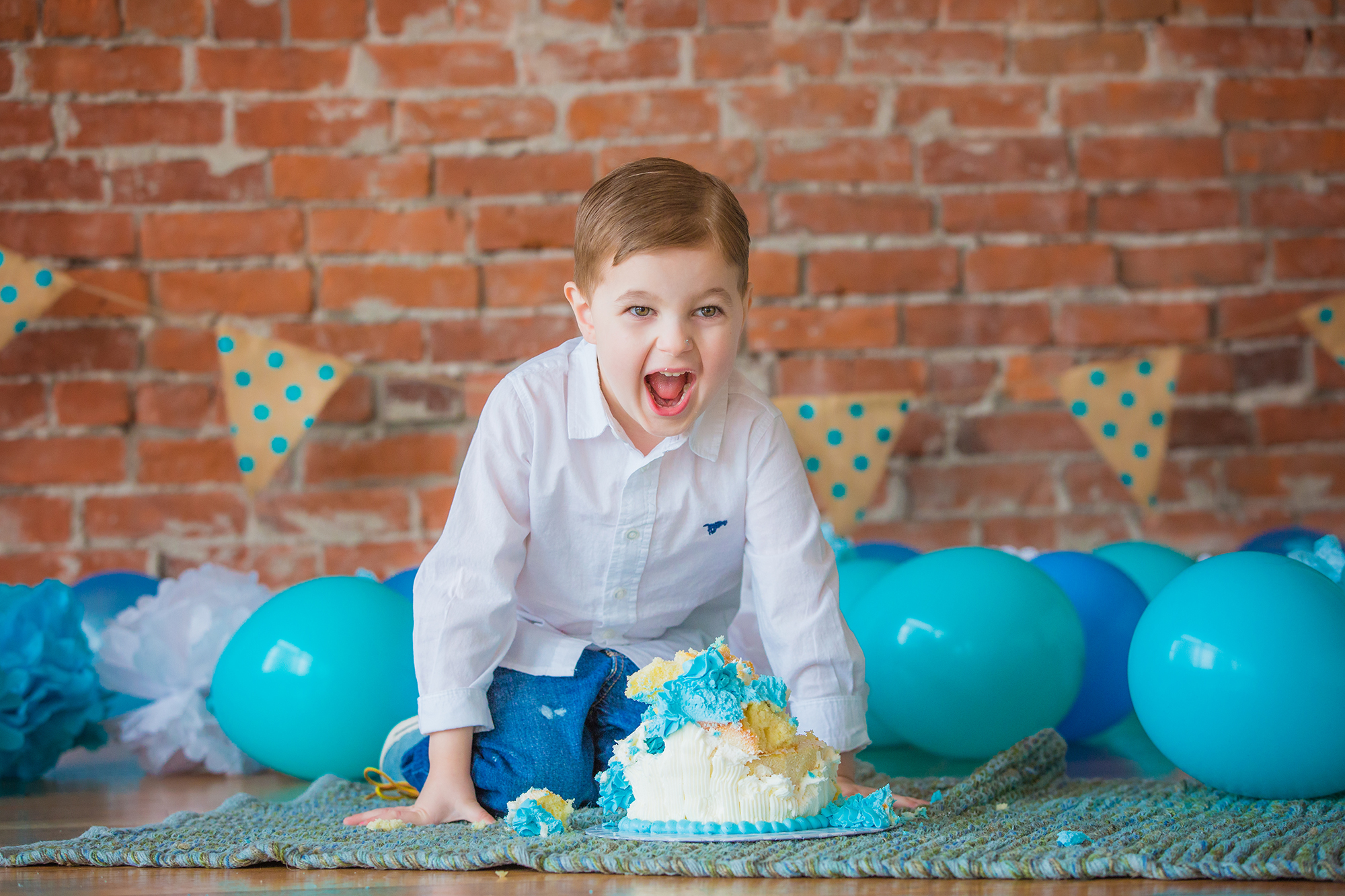 Big brother smashes cake