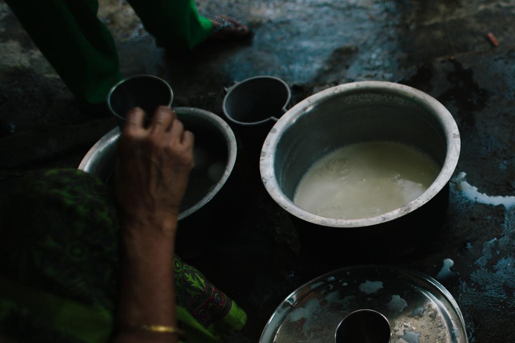 Vores madmor Ratnamala serverer dagligt et nærende måltid mad til de kvinder og børn, der kommer i centeret.