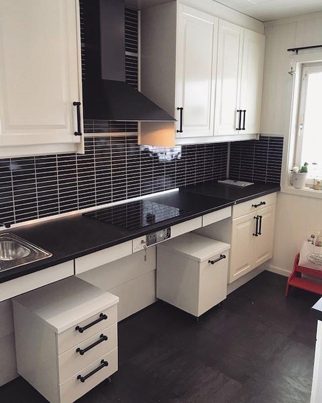 Montering av funtionsanpassat kök. Svep för att se för och efter bilder ➡️ #bostadsanpassning #kök #bygg #rullstol #granberginterior #funtionsanpassning #stockholm