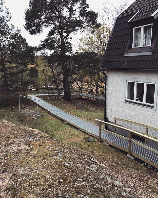 Ibland behövs de byggas långt. Swep för före & efter bilder ➡️ #bostadsanpassning #bygg #ramp #stockholm #rullstol