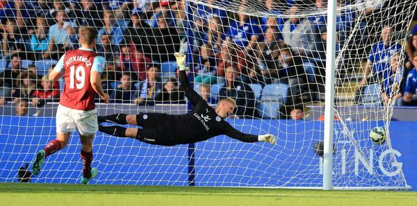 Kasper Schmeichel no pudo desviar el disparo de Ross Wallace. (Fotografía: Twitter Burnley FC)