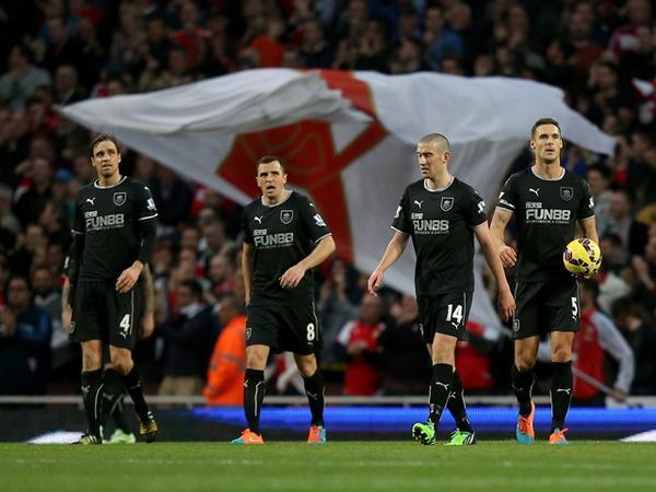 Los jugadores del Burnley, abrumados en el Emirates (Fotografía: Twitter Burnley FC)