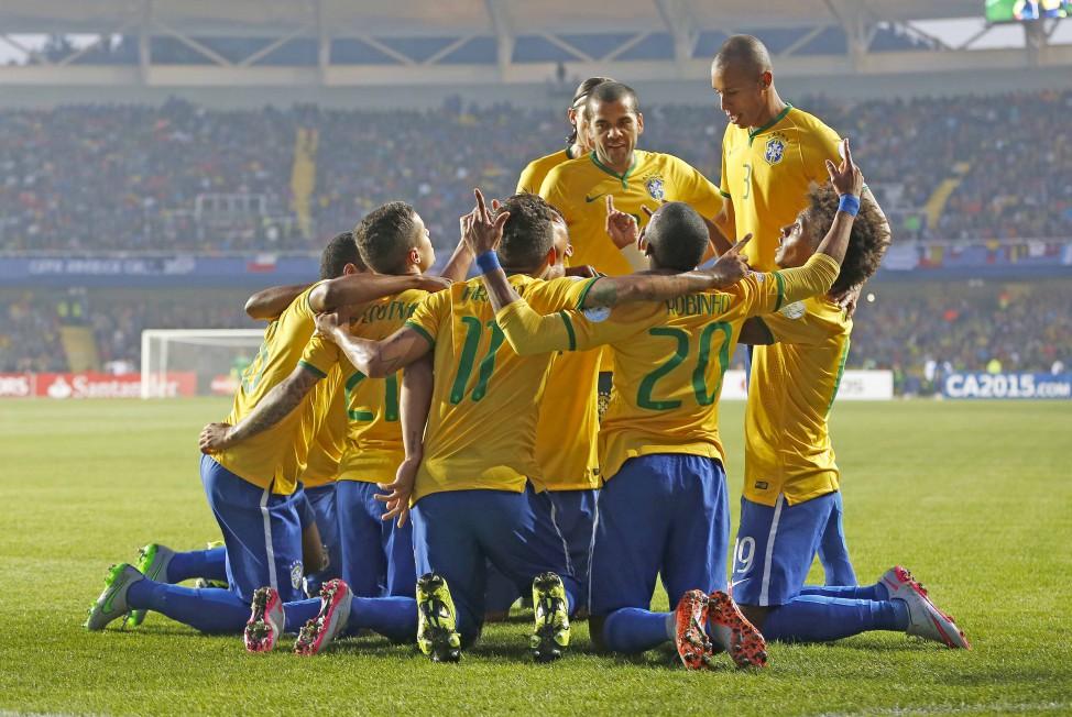 Los jugadores brasileños celebran el gol de Robinho ante Paraguay (Fotografía: Rafael Riberio, CBF)