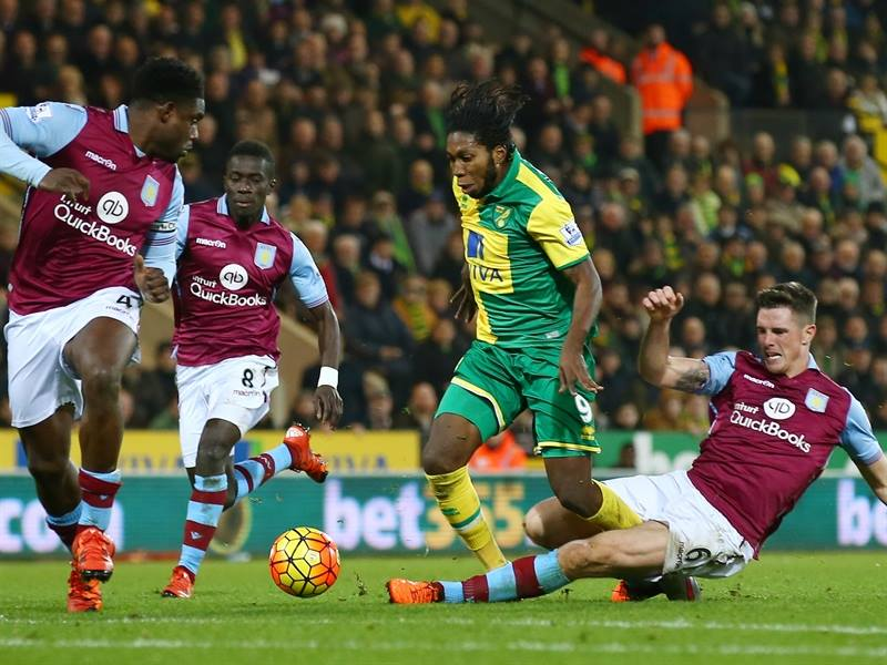 Micah Richards, vigilando a Dieumerci Mbokani   Fotografía: Aston Villa FC