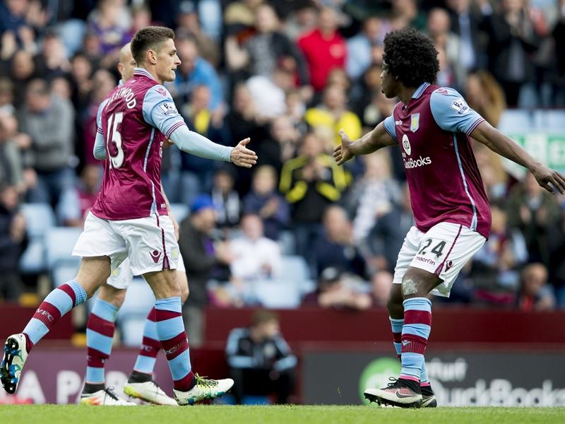 Carlos Sánchez felicita a Ashley Westwood | Fotografía: Aston Villa FC