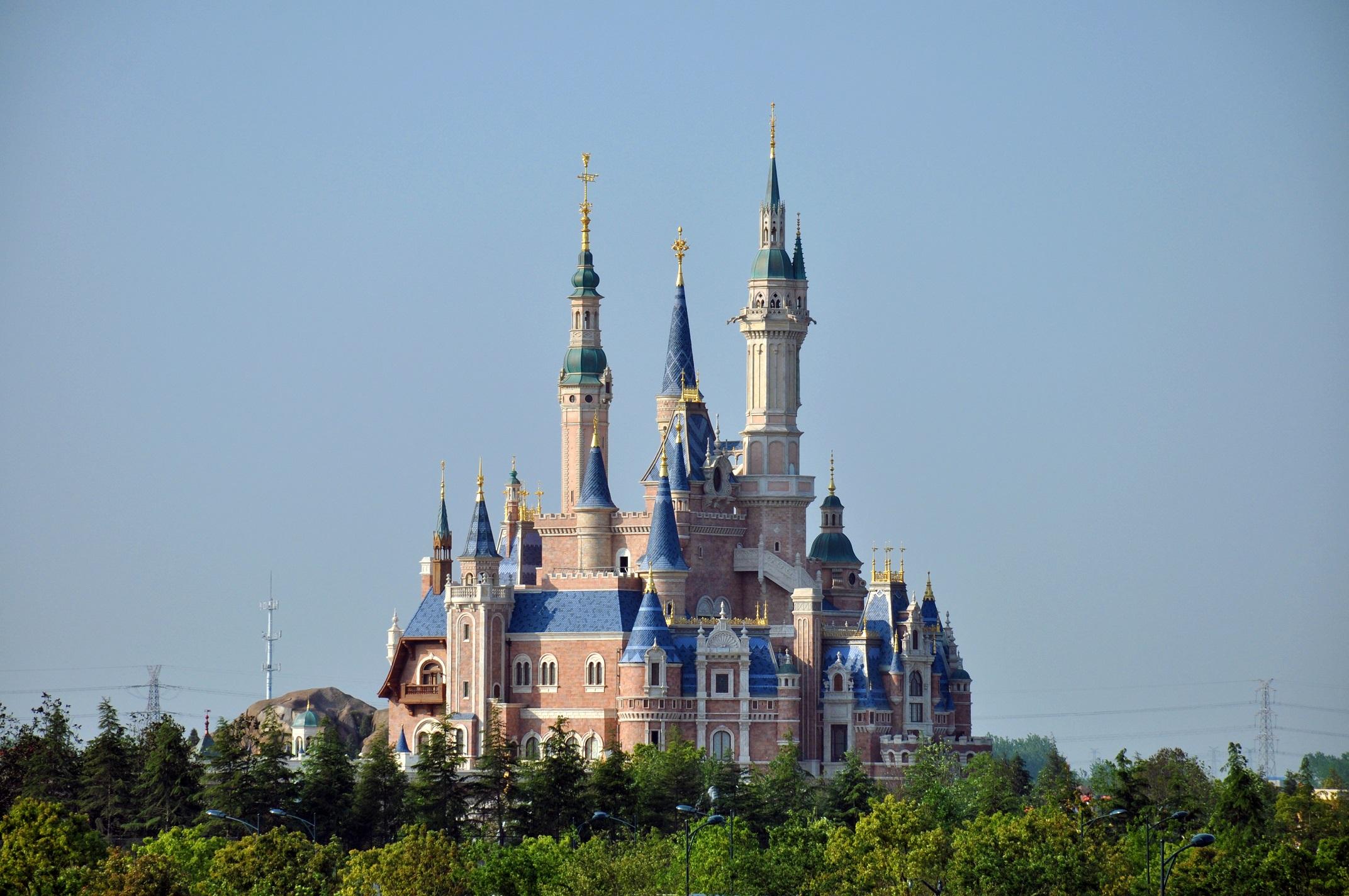 Enchanted_Storybook_Castle_of_Shanghai_Disneyland.jpg