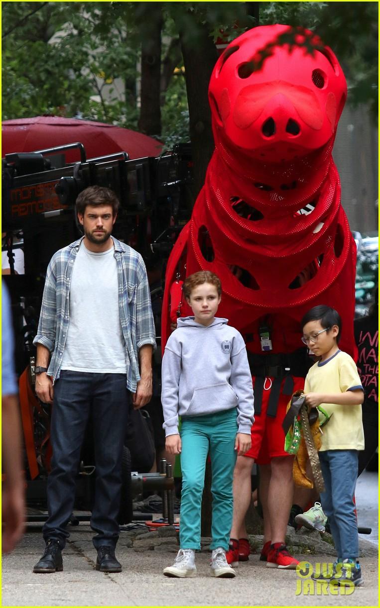 clifford-the-big-red-dog-movie-set-photos-02.jpg