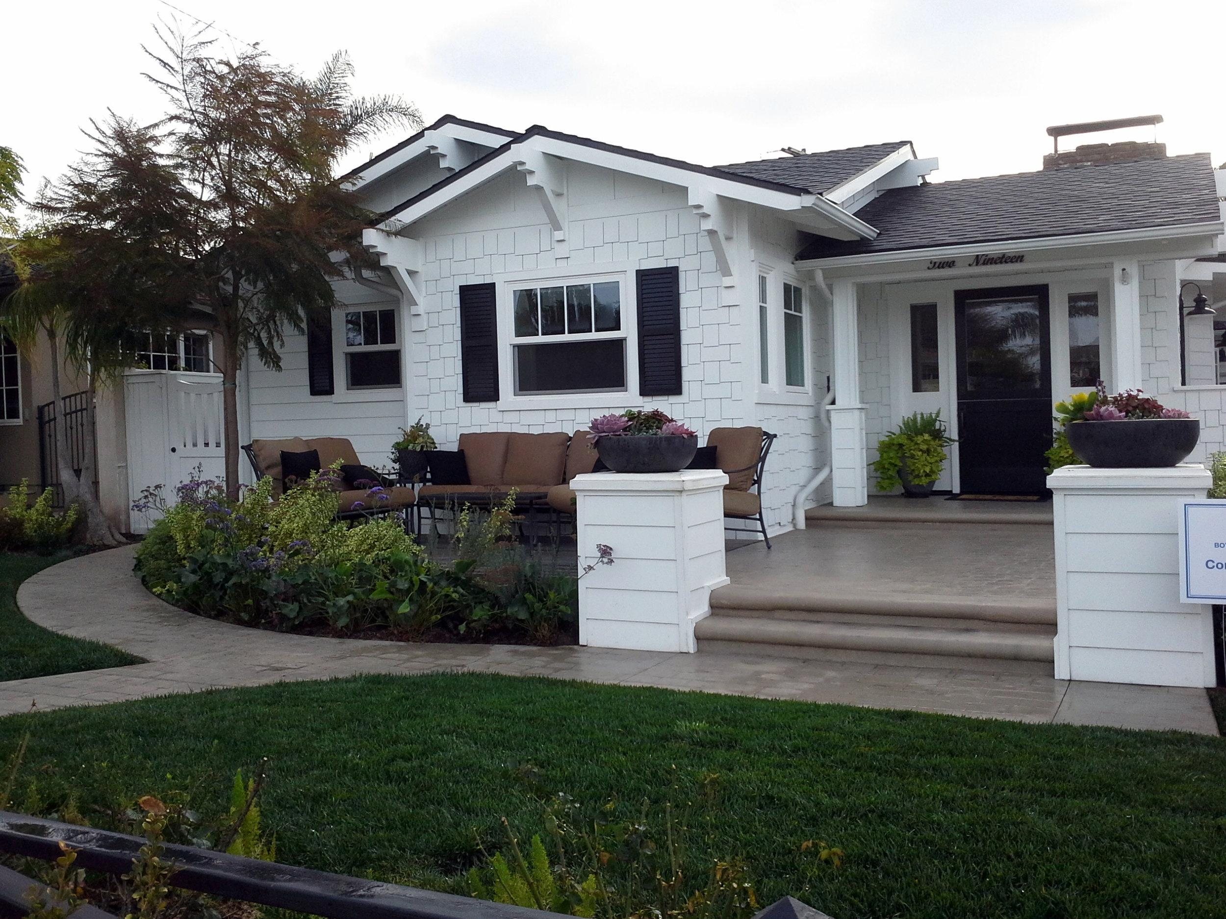 BLACK AND WHITE HOUSE GARDEN DESIGN