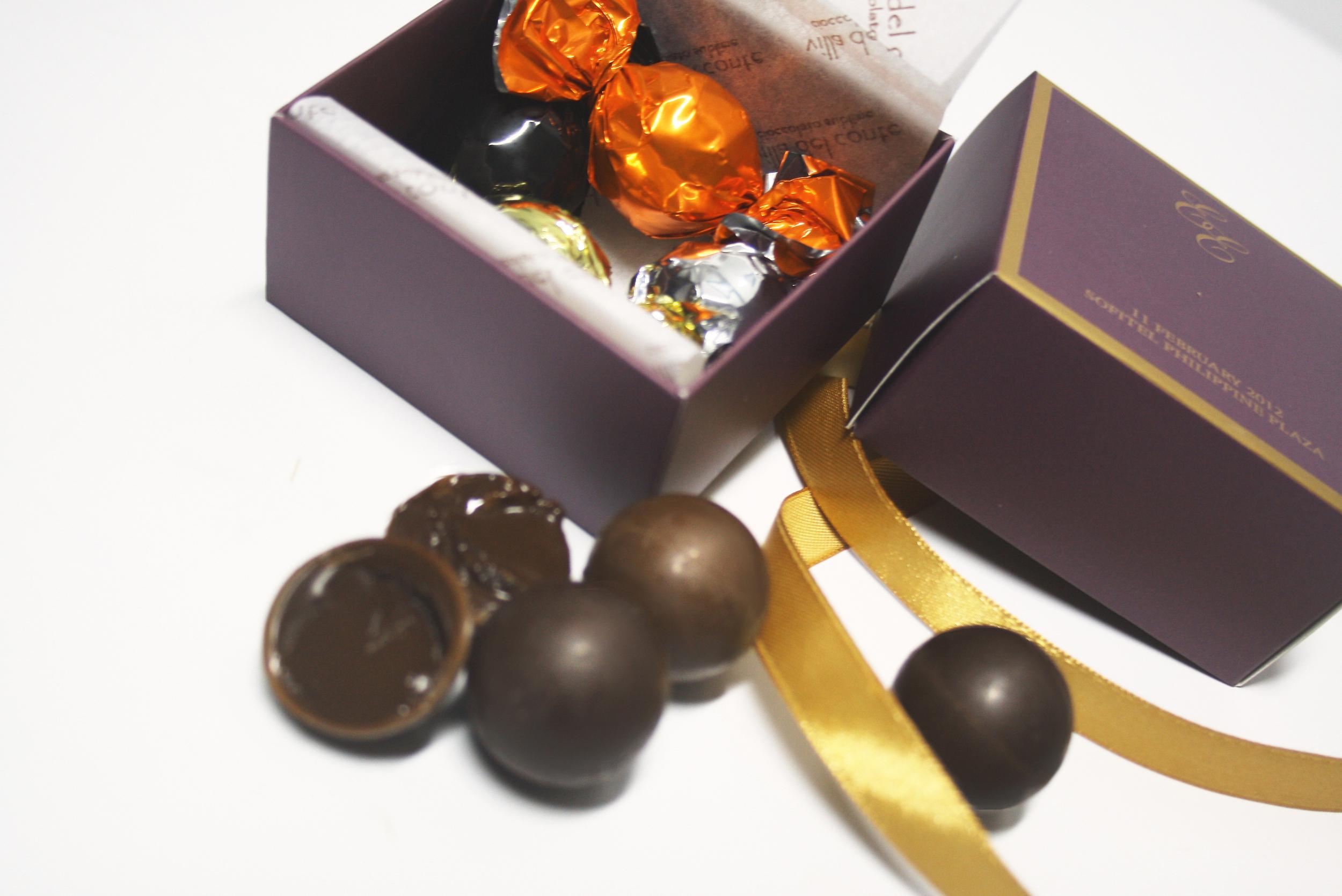 giveaways_purple_champagne_4pralineballs_open.jpg