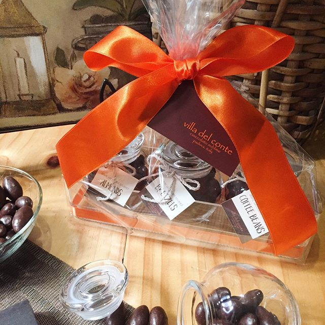 With Christmas air just around the corner, make your gifting extra special with Villa del Conte chocolates. Send your warm greetings through this bundle of fine Italian chocolate dragees - perfect for cozying up this Holiday Season. 🍫🎁 #chocolate #chocolates #gift #giftideas #christmas #christmasgift  #sweets #sweettreats #dragees #villadelconte #villadelcontechocolates #italianchocolate #madeinitaly #almond #bretzel #coffeebean