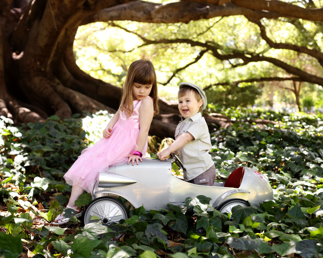 kids portraits with car
