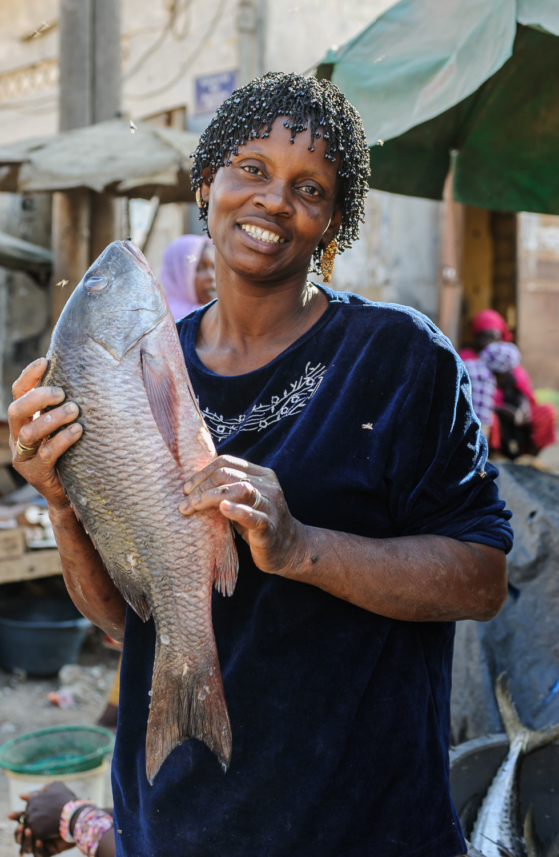 marketplace-woman-fish (1 of 1).jpg