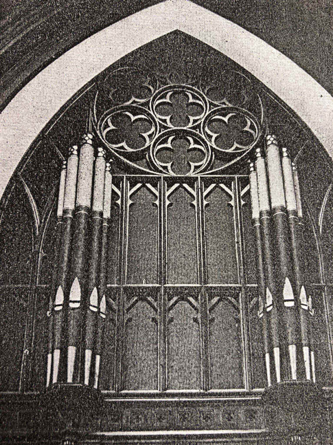 Façade of the Reuter organ and wood grille before the removal (in 1967) of the 10 non-speaking pipes retained from the previous Pilcher organ.
