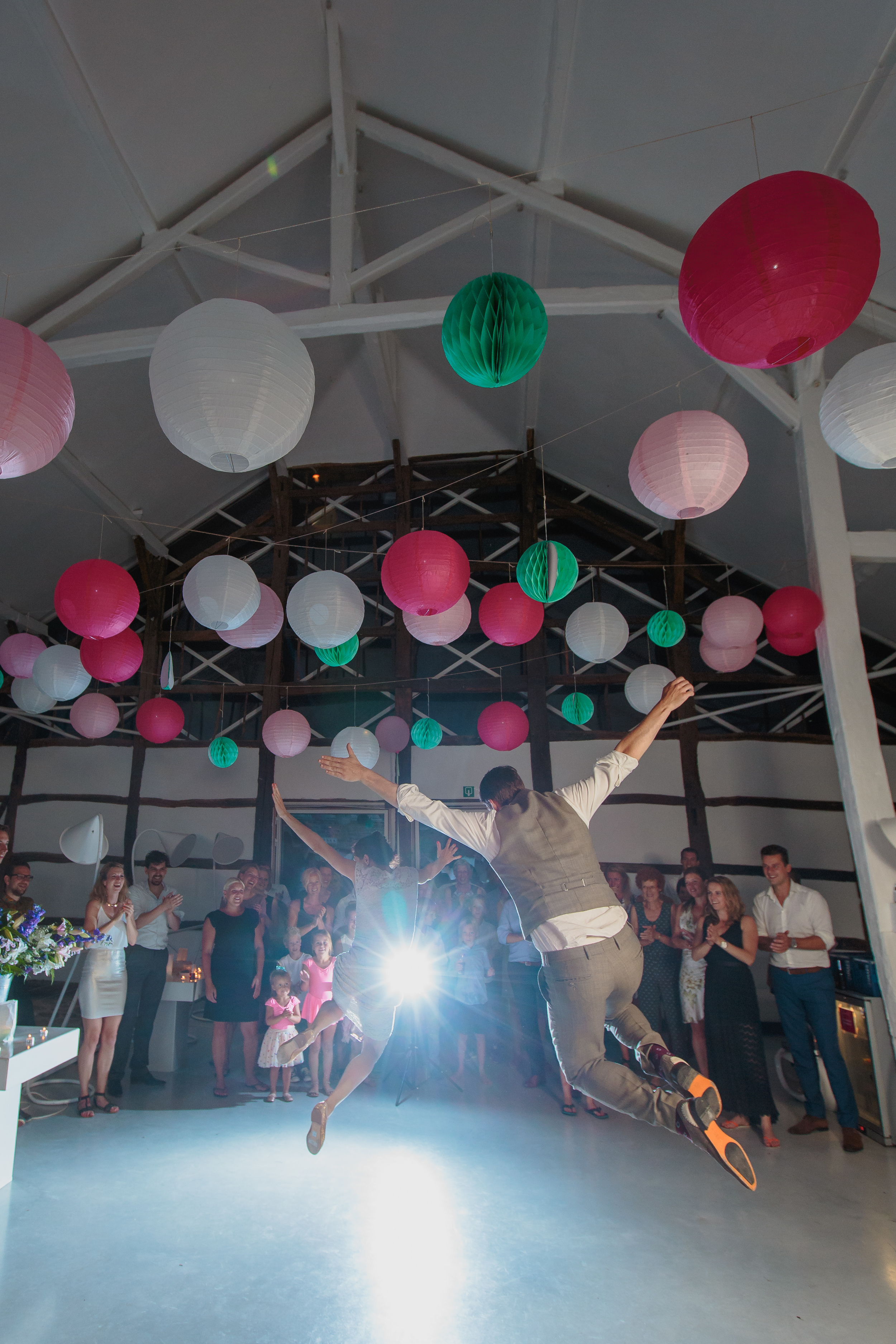 Karin en Vincent (woonachtig in het verre Uden, NL) kozen voor een huwelijk in de exotische Ardennen (Sechery) en bijpassende exotische Belgjes iso800 als fotografen. Met het hele gezin en een meute vrienden, familie en sympathisanten zetten ze een heel weekend lang de geweldige feestzaal op stelten.