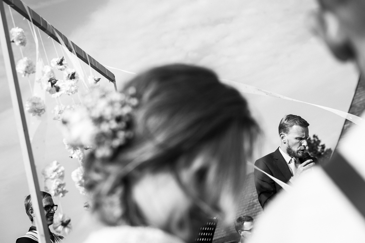 Bo & Sören trouwden op een dag die gemaakt leek te zijn voor een tuinfeest - warm maar niet té warm, zonnig maar niet té zonnig. Met speeches waar zelfs ervaren rotten als de huwelijksfotografen van iso800 een lach en een traan voor voelden opwellen, goedgemutste schapen en varkens en een koppel dat elkaar smoorverliefd zat op te eten trokken de foto's zichzelf. Wij verlieten het Klokhof compleet voldaan.