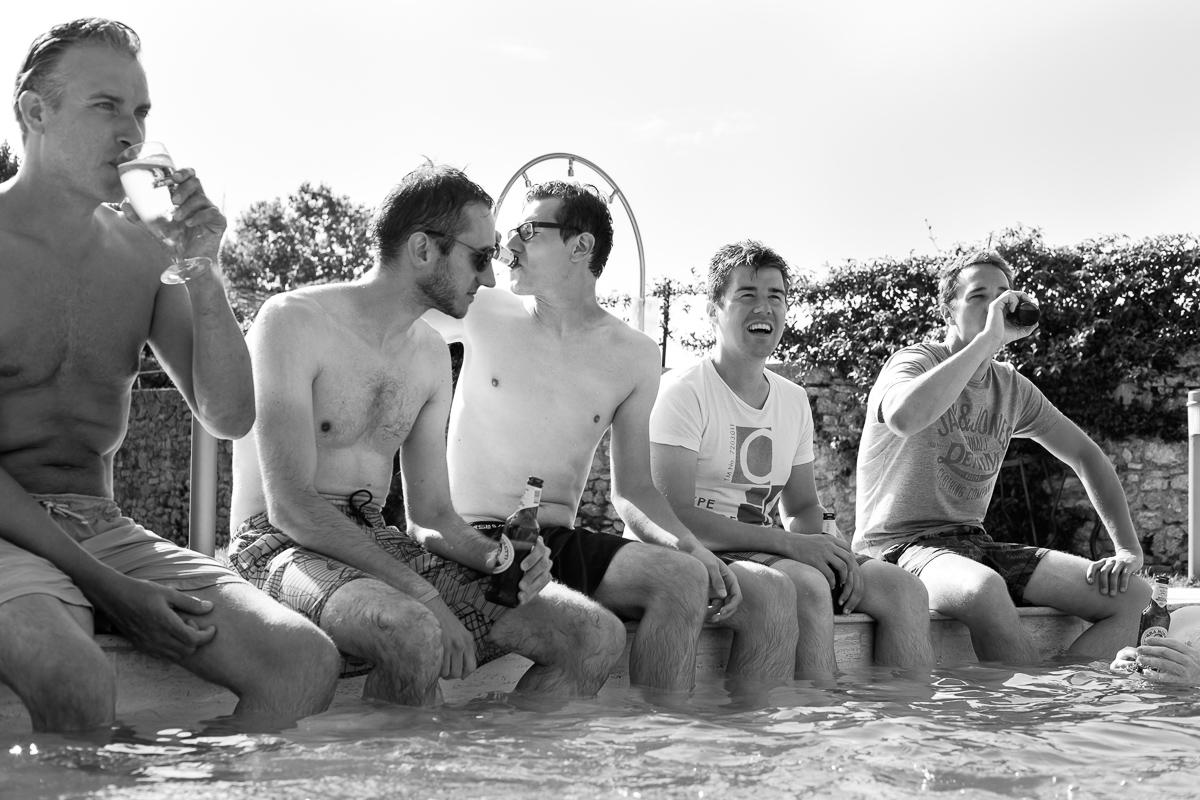 De huwelijksfotografen van iso800 zijn vandaag de dag nog in de wolken over dit uitzonderlijke huwelijk. Leatitia en Bart trouwden in het prachtige Toscaanse landschap, hadden een perfect gevolg volmaakt geflipte fasten en wisten de weergoden perfect te dirigeren. Maar dat alles was nog niets in vergelijking met de grootsheid van de verliefdheid die in hun ogen blonk. Bruidegom en vrienden aan het zwembad.