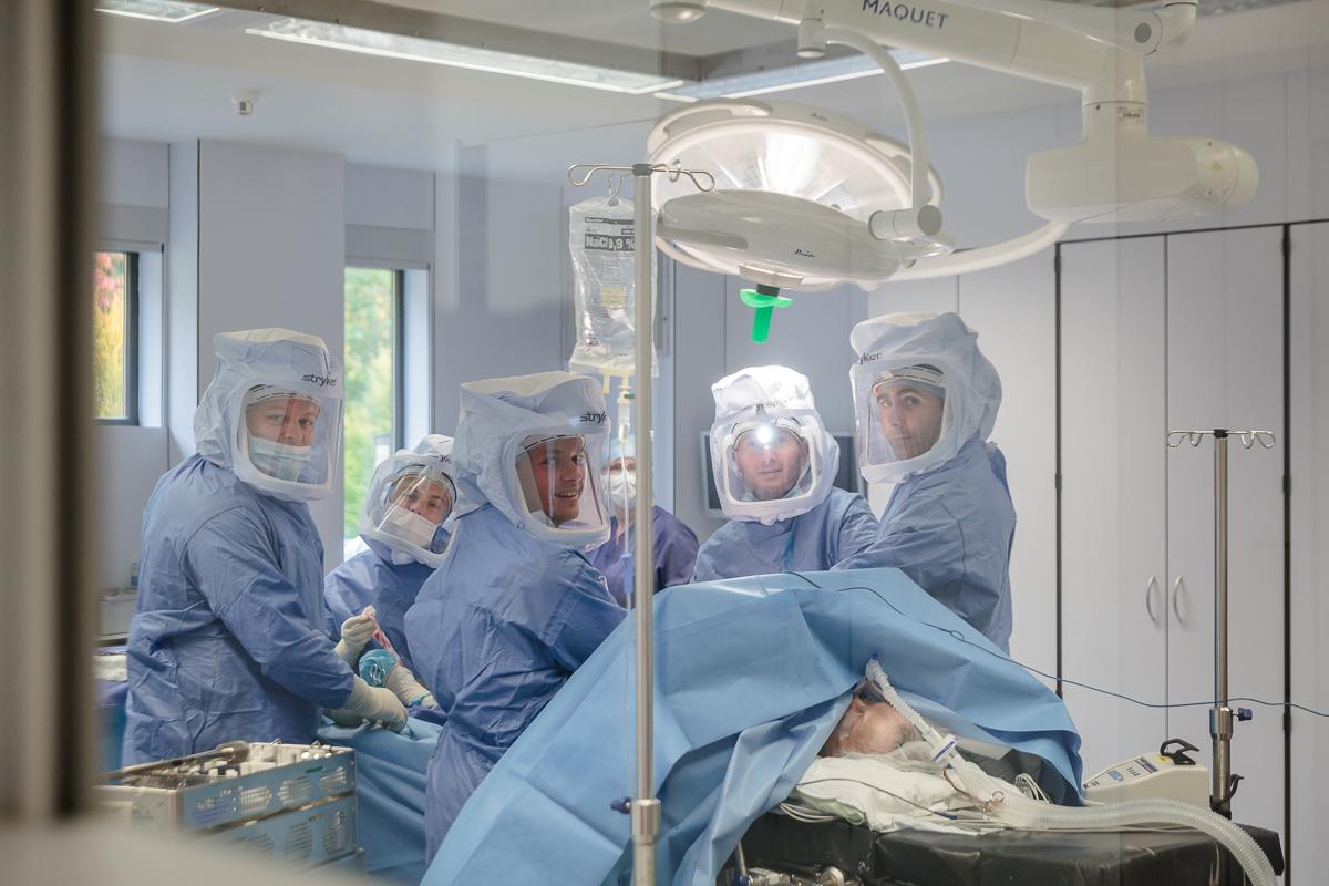 In het operatiekwartier. / In the OR.