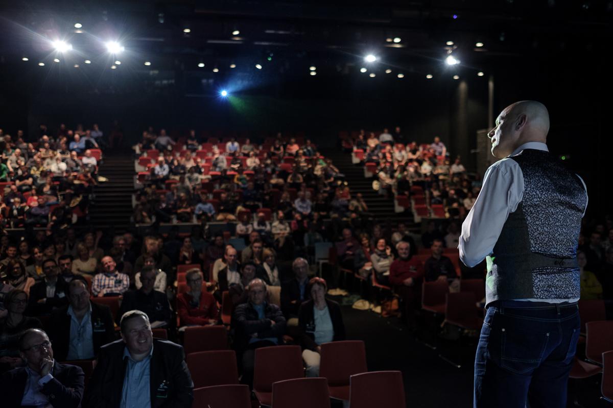 Op het podium tijdens een sportconferentie. /On the stage of a sports conference (ISB).