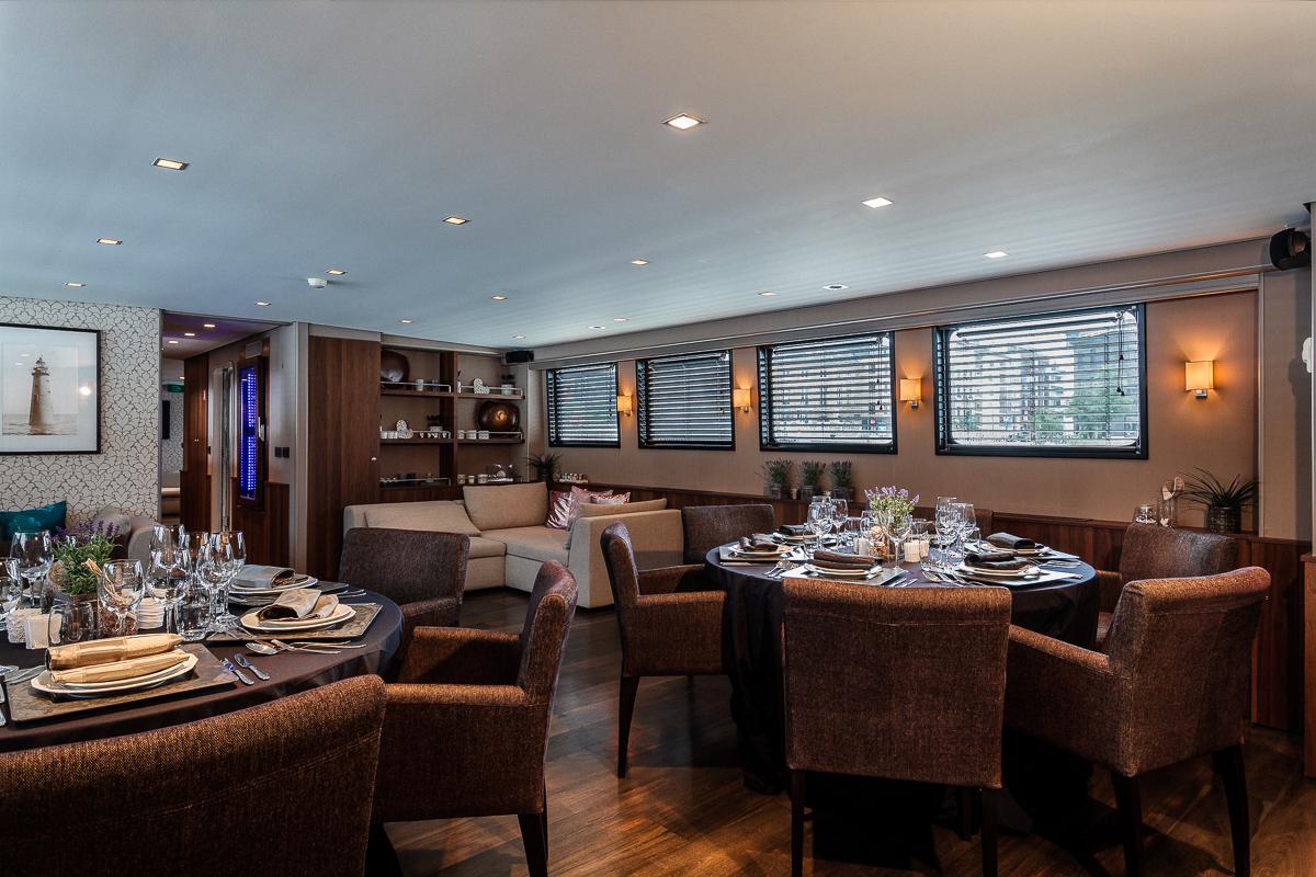 Op een luxejacht. / On a luxury yacht.