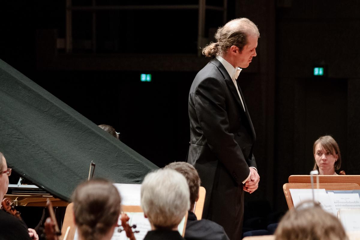 Op het podium, tijdens een concert. /On the stage, during a concert. (DeSingel)