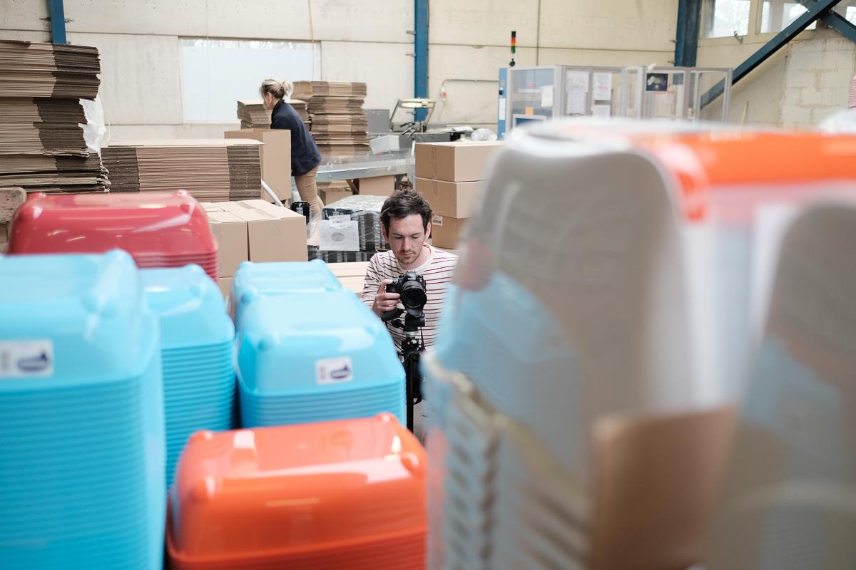 In een kattenbakkenfabriek (en nog veel meer). / In a factory for litter boxes (and more). (Moderna Products)