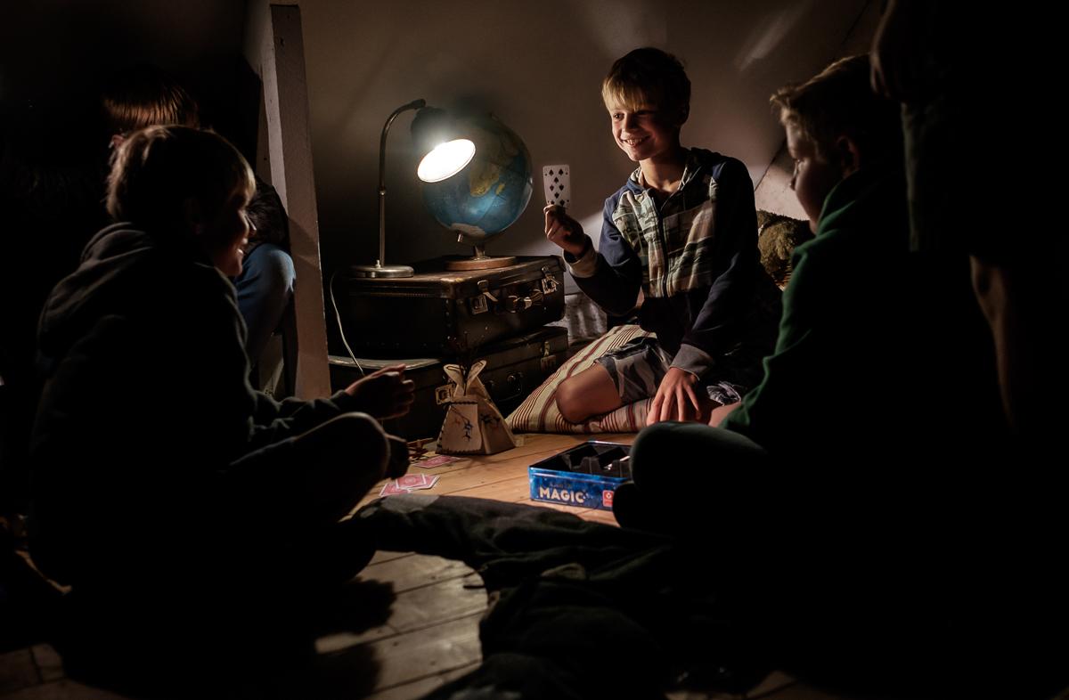 Zakelijke fotografie bedrijfsreportage opvallend bijzonder pakkend speciaal onderneming Cartamundi kinderen donker
