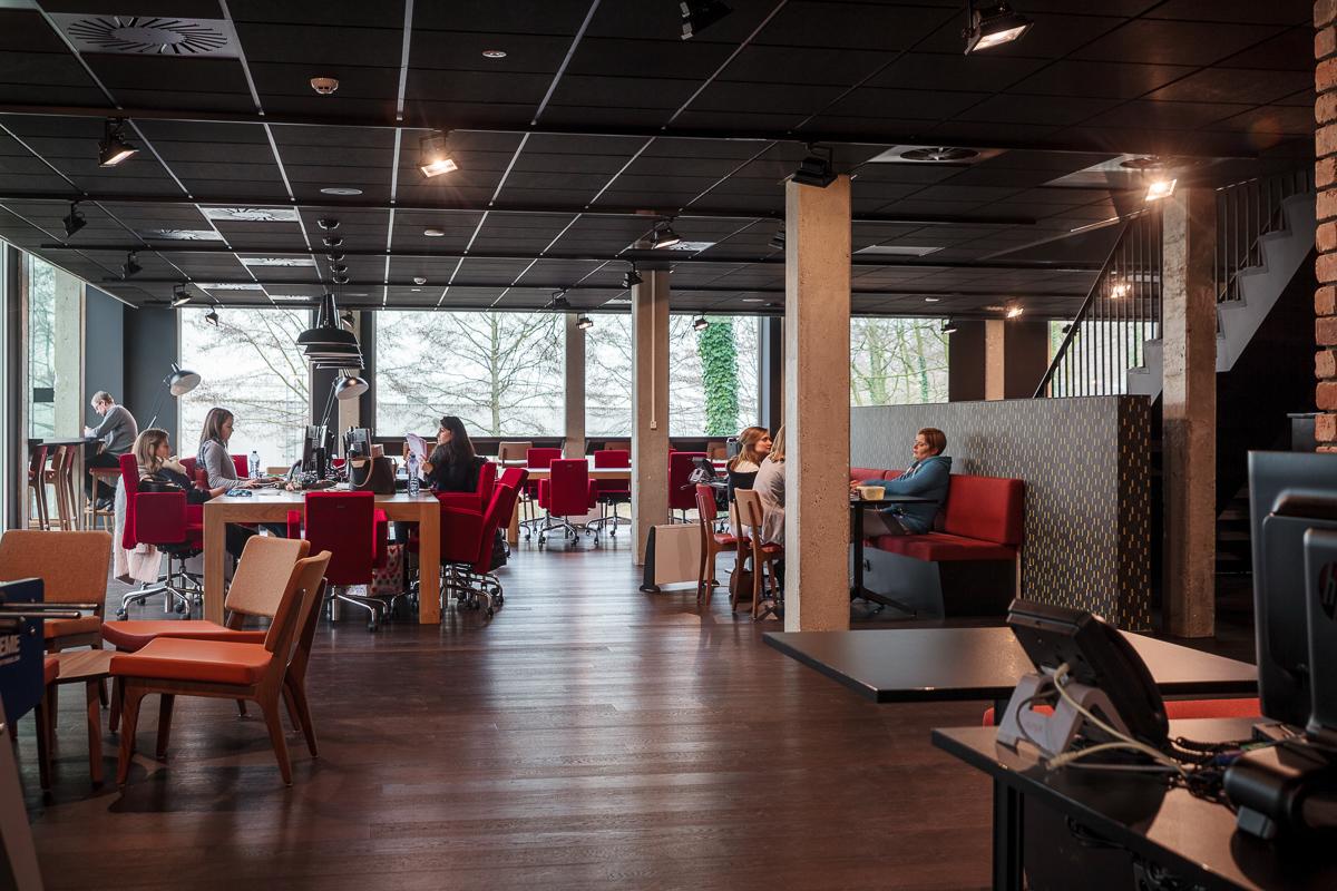 Foto en video reportage van de bedrijfsfotograaf van iso800. NCBham is een architectenbureau dat zich specialiseert in indrukwekkende ruimtes. Makisu: heerlijke sushi in een super stijlvol interieur – dankzij NCBham. Sfeerbeeld van lunchruimte.