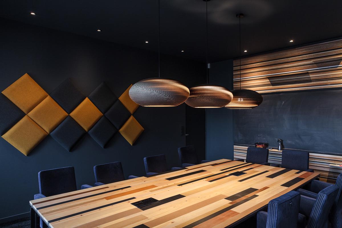 Foto en video reportage van de bedrijfsfotograaf van iso800. NCBham is een architectenbureau dat zich specialiseert in indrukwekkende ruimtes. Makisu: heerlijke sushi in een super stijlvol interieur – dankzij NCBham. Sfeerbeeld van vergaderruimte.