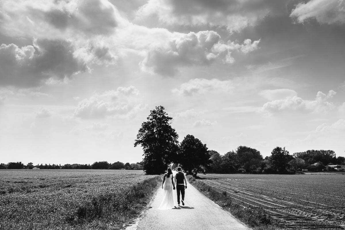 2093 dagen na de eerste ontmoeting en 564 dagen na het aanzoek was de grote dag van Emily en Bob aangebroken.De hele dag speelde zich af in en rond Boechout - onze spreekwoordelijke achterzak. Daar, in de groene schaduw van Antwerpen, huppelden deze twee lichtvoetig de dag door (ok, iets te veel verwijzingen naar hun geweldige no nonsense schoeisel hier ;-).Locatie: Hof van Reyen