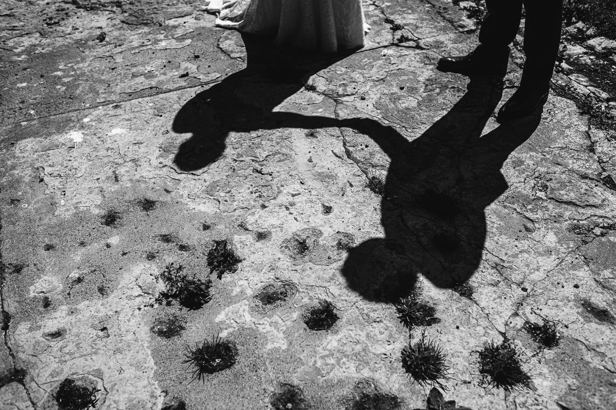 Het moet gezegd: wij zijn grote fan van de gevoelige traankliertjes van Sarah. Niet minder dan vier keer gingen de hemelsluizen open en minstens even vaak gingen wij overstag voor dit heerlijke koppel.Want dat Sarah en Wouter elkaar graag zien, dat spat er van af. Al tijdens de vroege fotoshoot in Merksplas bleek dat deze twee nauwelijks van elkaar af konden blijven. Diep in de zanderige kempen, onder een boom, op een heuvel gaven ze elkaar hun ja-woord. Sarah en Wouter straalden als ze naar elkaar keken en vulden een zonovergoten dag zo moeiteloos bij.Locatie: Domein MartinusShootlocatie: Kolonie Merksplas