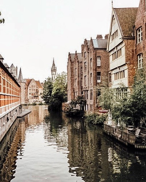 An out-of-focus old film photo of a dreamy little Belgian canal. 😍Let's talk travel. Where is your favorite place? What place do you think of when given an option to go anywhere you want? For me, it's Belgium. I love it so much. Here is a grainy, low res film shot I took in Gent, walking down the windy streets and enjoying the canals. I lived there for a year as an au pair when I was 21. 9 years ago! I loved how inexpensive it was to get from one side of the country to the other (Belgium is tiny 😂) and how you never had to walk far in any direction before you stumble into frites, chocolate, waffles or a pintje (a little glass of house beer). If I had a free ticket to go anywhere I've been before, that's the place. What about you? Where would you go? #morningslikethese