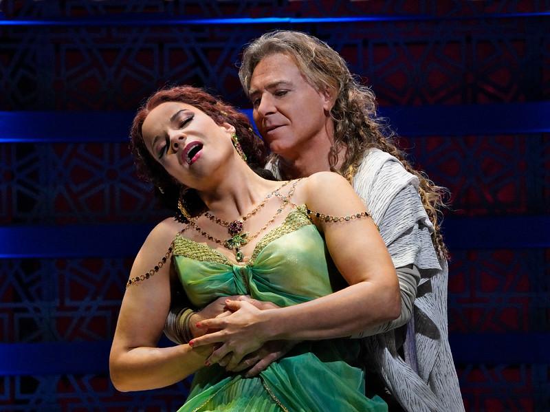 Elīna Garanča as Dalila and Roberto Alagna as Samson, here rekindling