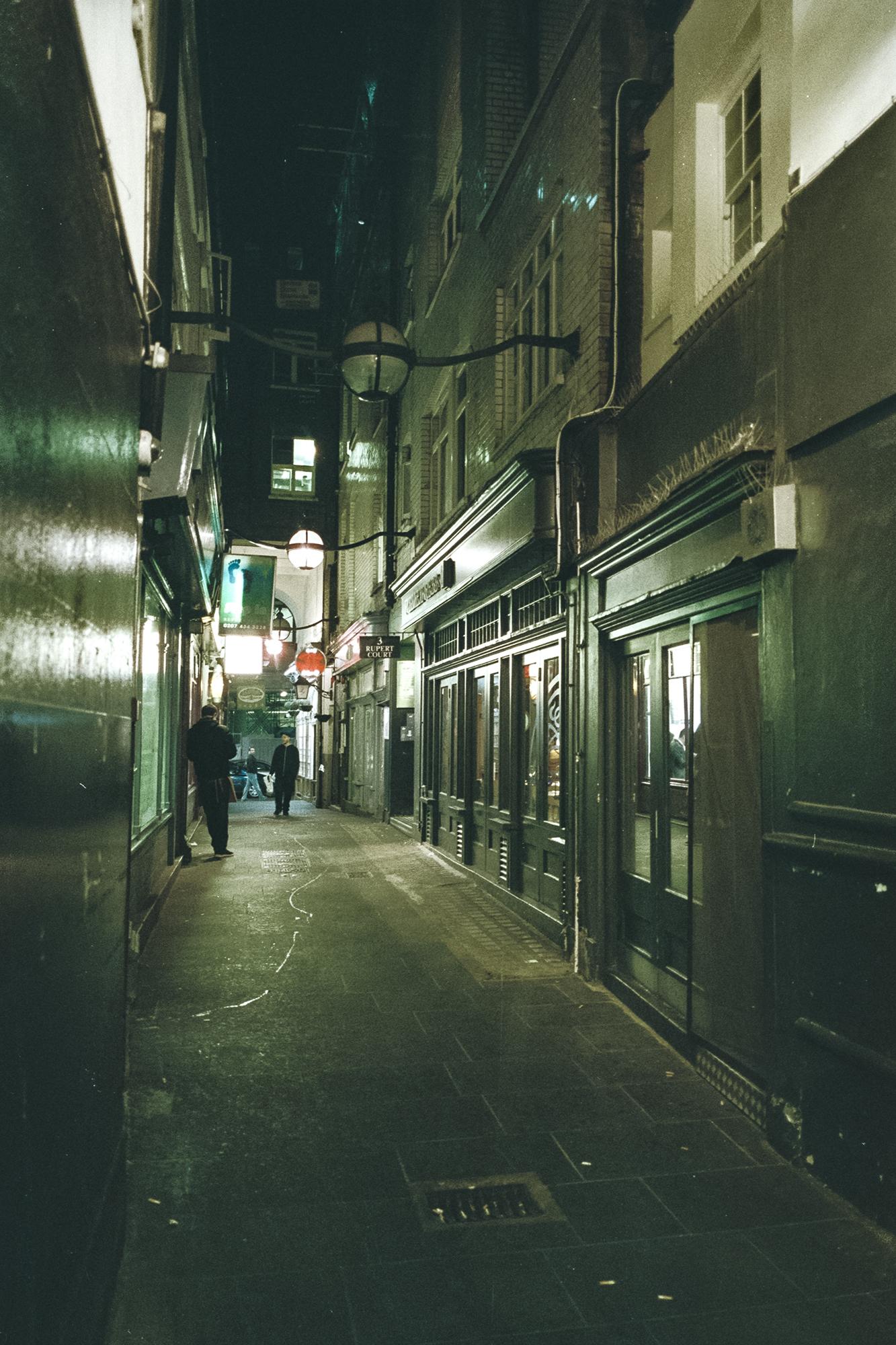 Oscar-arribas-photography-fotografo-portrait-retrato-editorial-london-street-photography-urbana-londres-film-analog-35mm-night-nocturna-54.jpg