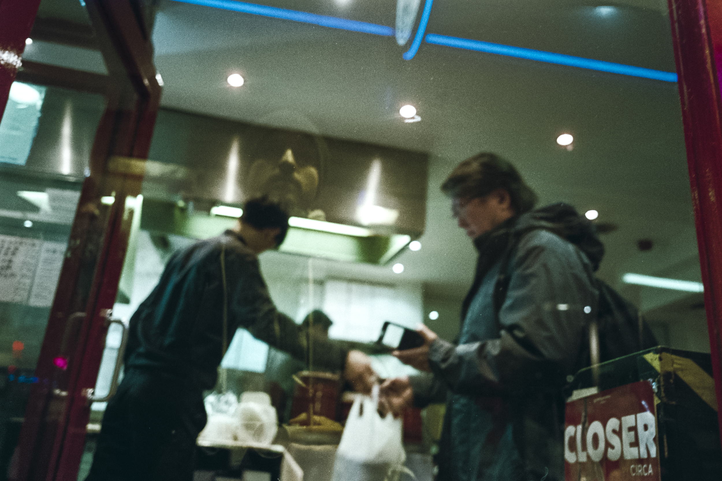 Oscar-arribas-photography-fotografo-portrait-retrato-editorial-london-street-photography-urbana-londres-film-analog-35mm-night-nocturna-56.jpg
