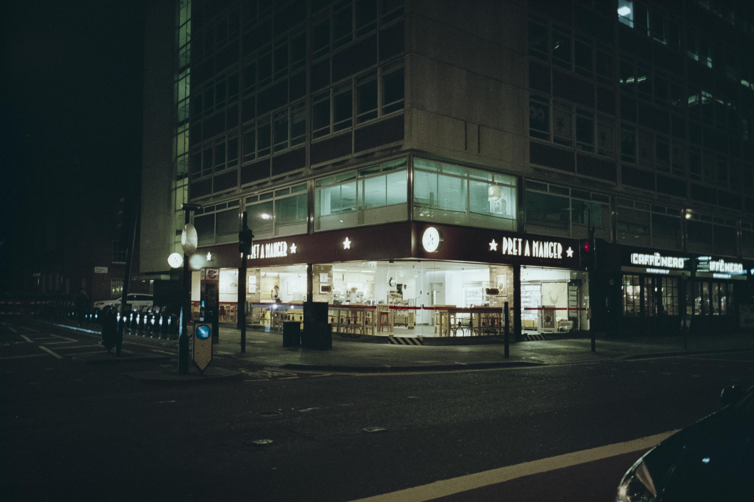Oscar-arribas-photography-fotografo-portrait-retrato-editorial-london-street-photography-urbana-londres-film-analog-35mm-night-nocturna-63.jpg