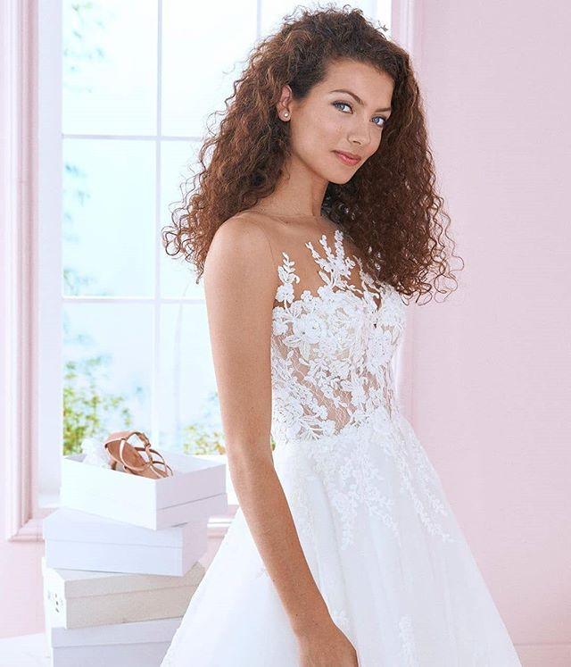 The perfect lace ballgown ✨  @whiteonebridal #eleganzagallery #thewhiteone #whiteone #lace #ballgown #delicate #bride #bridetobe #elmhurstbridalshop #chicagowedding #futuremrs