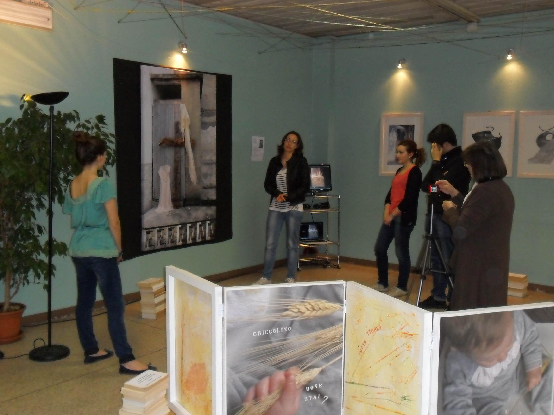 Studenti guide alla mostra.