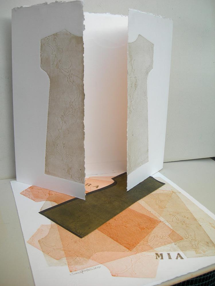 A Misura Mia   2011- Tecnica mista su carta su carta ZerKall Butten da 600 grammi, 100% di cotone.  Installazione:valigia composta da due pezzi unici firmati e datati, realizzati a mano e torchio calcografico, cm 50x51 e 50x100