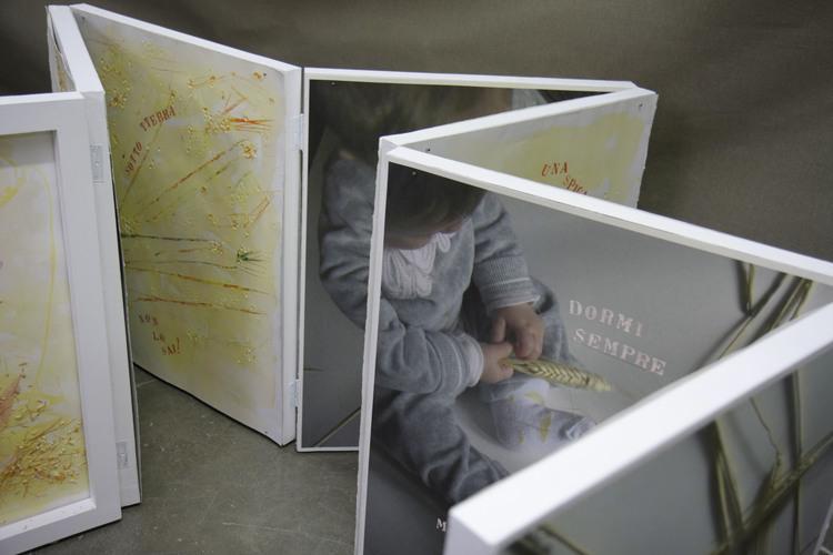 E là sotto non fai nulla?   2014 - Libro d'artista in stampa fotografica in digital fin art su bobina di carta da incisione William Turner gr.310 con interventi a mano dell'autrice. Il libro misura cm. 25×272, piegato in venti pagine .