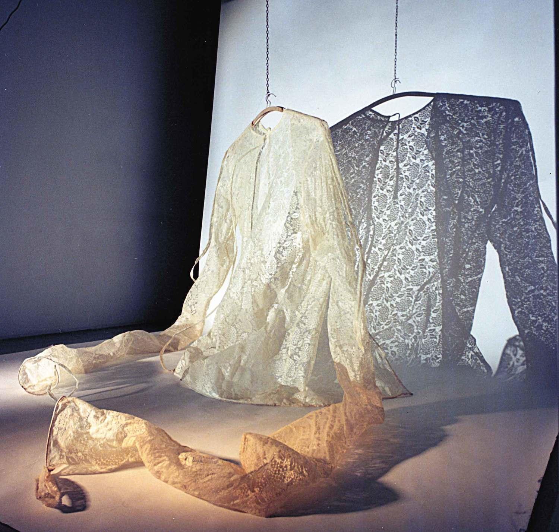 Ombra   2001, installazione, tessuto, vetroresina, legno, cm 150x150