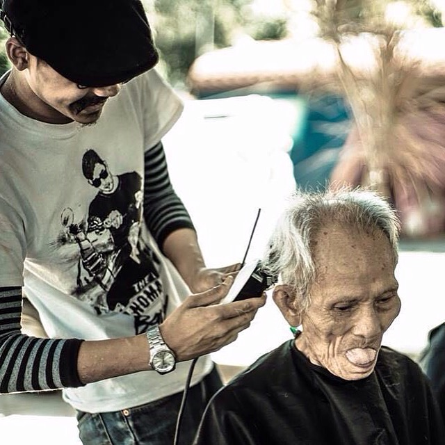Jacky giving free hair cut to a homeless person