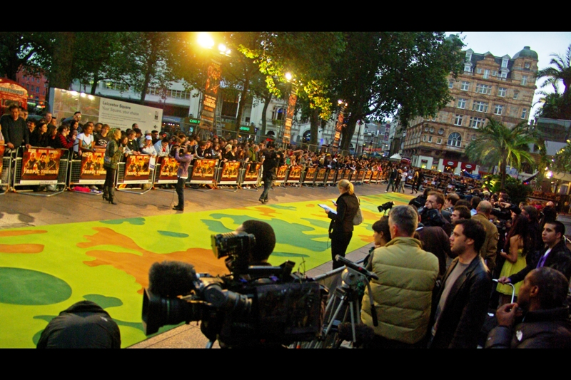 The camouflage-green carpet for the Tropic Thunder premiere. Cute! (I mean... I can't see the carpet for the camouflage)