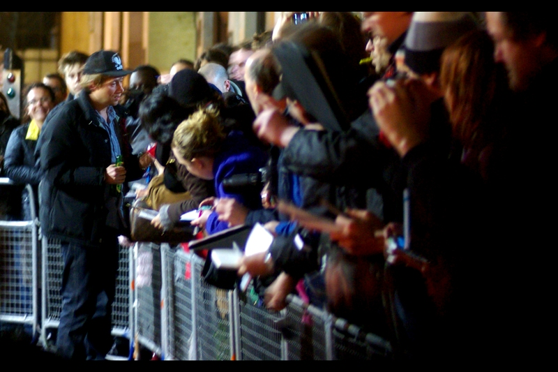 Blur's Damon Alban appears to be getting the crowd to sign autographs for HIM? (Perhaps he's misunderstood how these Premiere things work?)